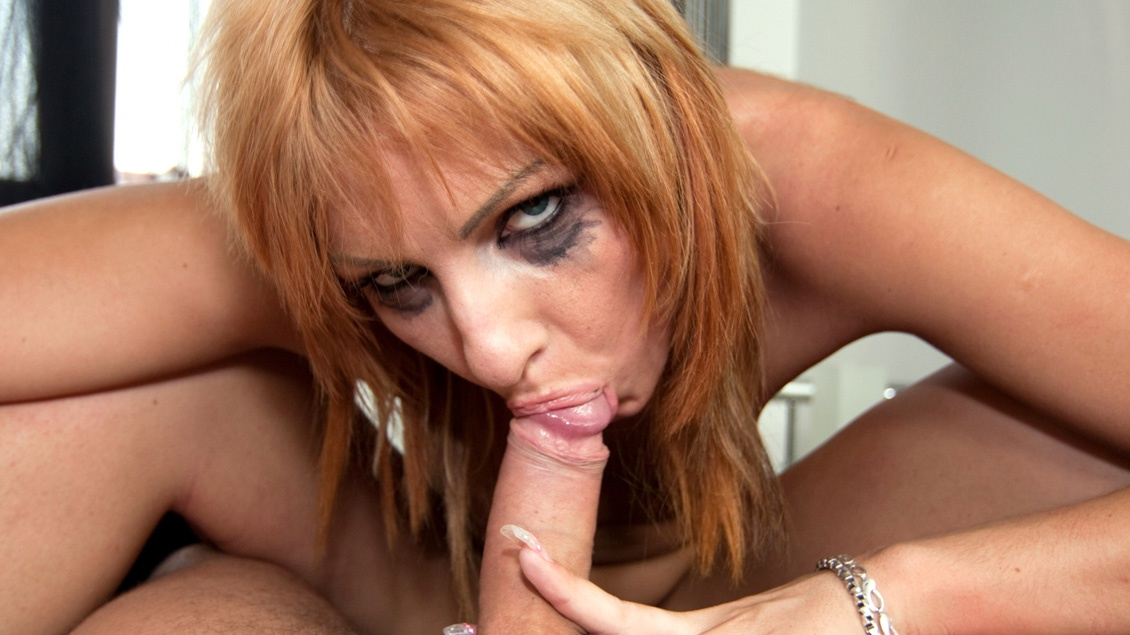 Gabriella Mai, con su pechito turgente, esquirta, folla y traga cuando viene caliente