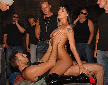 Private  porn video: Double pénétration et pipe pour Simony Diamond lors d'un gang bang en plein air