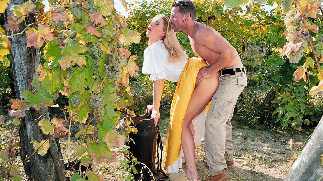 Polvo el el viñedo con una rubia campesina