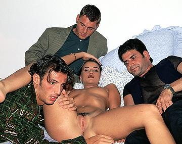 Private  porn video: Carol Rouge wordt thuisgebracht door een groepje mannen voor een gangbang met DP