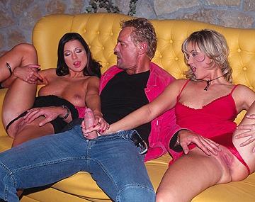 Private  porn video: Nikki Montana et Tera Bond se masturbent pendant qu'un bite est au fond de leur cul