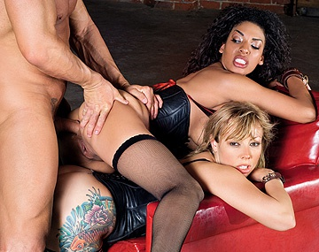 Private HD porn video: Adrianna Nicole et Desiree Diamond se font défoncer le cul par un mec
