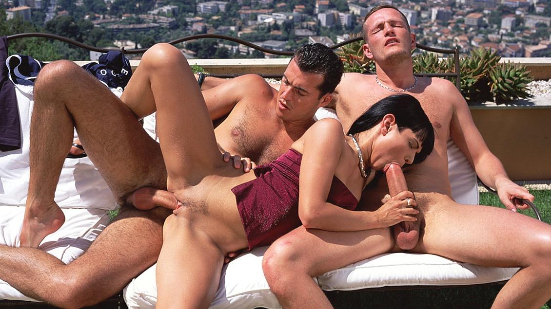 Adrienne Klass geeft 2 jongens een blowjob voordat ze haar een DP geven