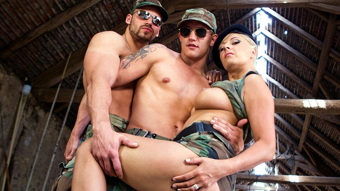 Une scène bi ou Daria Glower suce un soldat qui est en train de se faire enculer