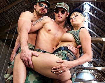 Private  porn video: Une scène bi ou Daria Glower suce un soldat qui est en train de se faire enculer