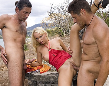 Private  porn video: Diana Gold wordt buiten hard genomen door 2 mannen in MMF trio met DP