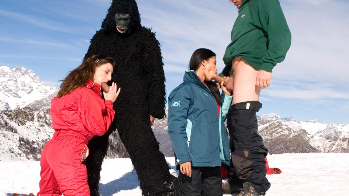 Judith Fox en Priva ontvangen een mond vol zaad op een skiberg