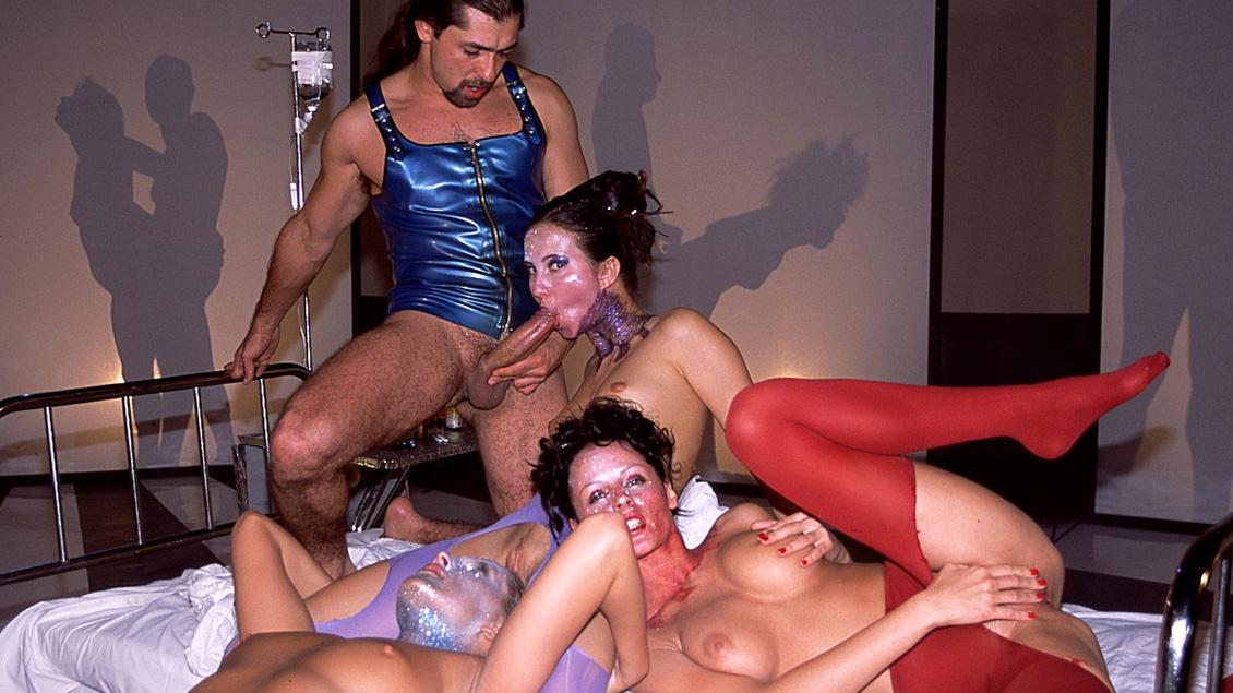 Mandy und Ihre Freundinnen besorgen es sich mit einem dicken Strap-On gegenseitig bis zum Orgasmus