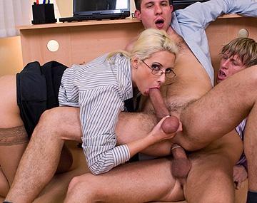Private  porn video: Sex im Büro - Strenge Chefin liebt es dominant und lässt sich ihre Titten und ihre Muschi lecken
