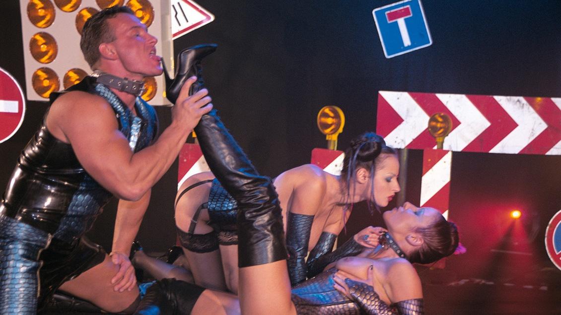 Zorritas Calentitas Michelle Wild y Tiffany Ebony jadean en un trio practicando BDSM