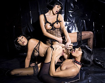 Private HD porn video: Las tres cerditas, con medias negras y mojaditas