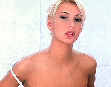 Private  porn video: Carmen is een lingeriemodel die haar fotograven helemaal van slag krijgt