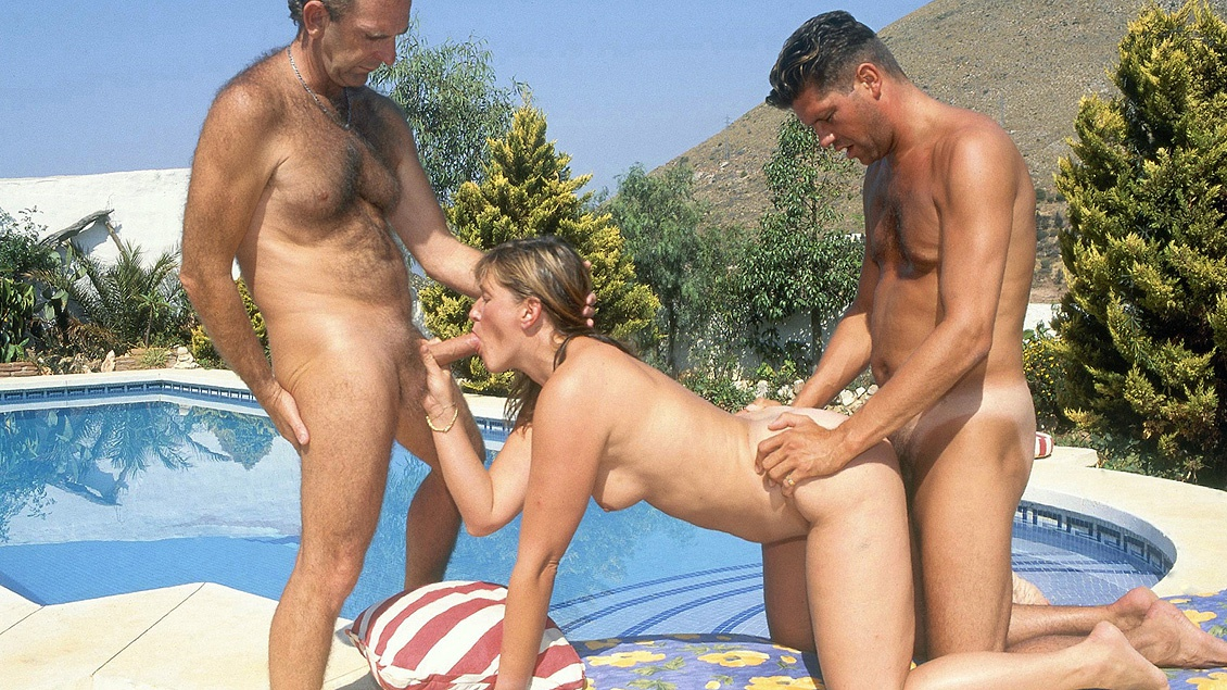 Brandy Gets a Facial after Sucking Dick in an Outdoor MMF Threesome