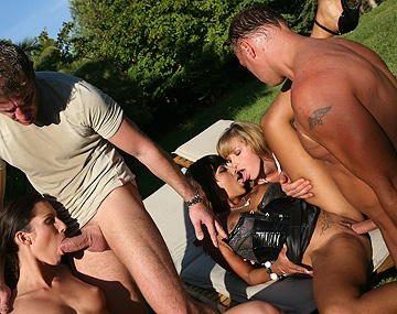 Private  porn video: Josette Most et ses amies Kathy Campbel et Loona Luxx sucent et se font empaler dehors