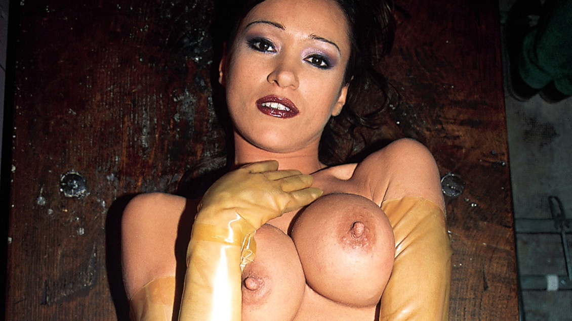 Die spanische Darstellerin Malena geht in einen Fetisch Club für etwas Bukakke Spaß