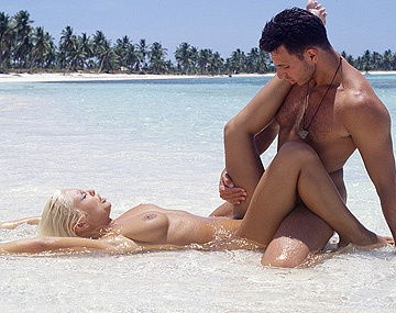 Private  porn video: A una jovencisima y natural Henriette Blond le petan el culo en una playa paradisiaca