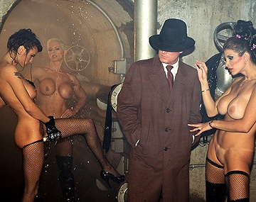 Private  porn video: Latex geklede grootborstige Heather Wanda en Shay penetreren elkaar met sexspeeltjes tot orgasmen