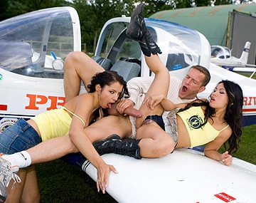 Private  porn video: Lucy Belle et Lady Mai se tappent un mec sur l'aile d'un avion