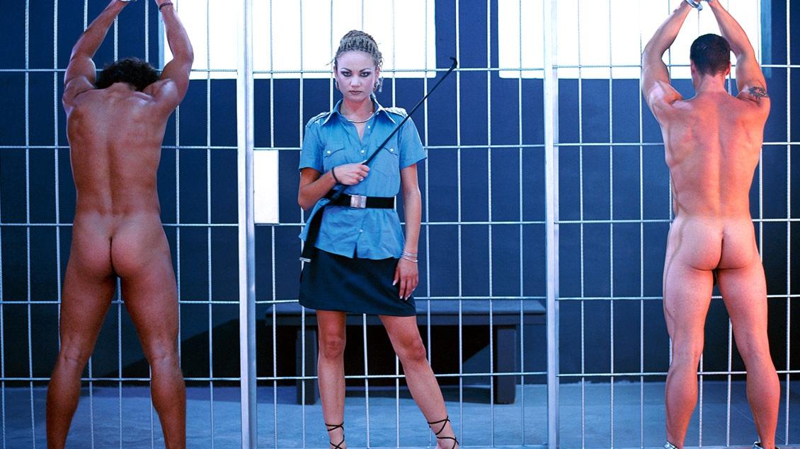 Alexa May Est Une Gardienne De Prison Qui Donne Une Bonne Leçon À Ses Prisonniers