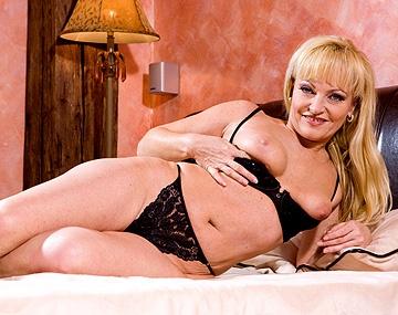 Private  porn video: L'agent immobilier Renata utilise sa bouche et son cul pour conclure une vente