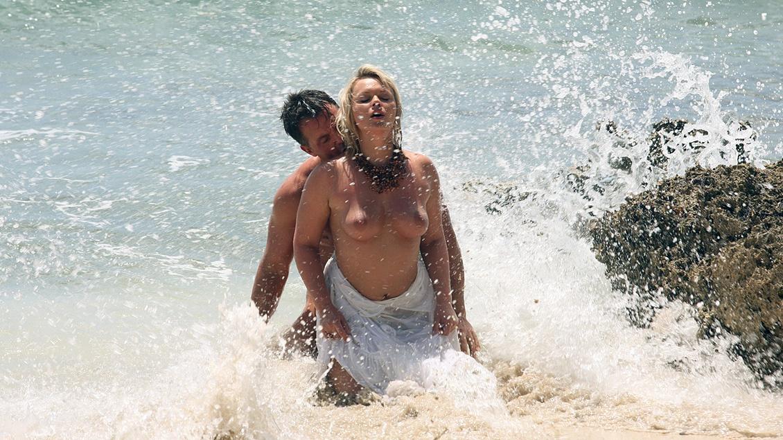 Ellen Saint se fait baiser les nichons et le cul par deux mecs