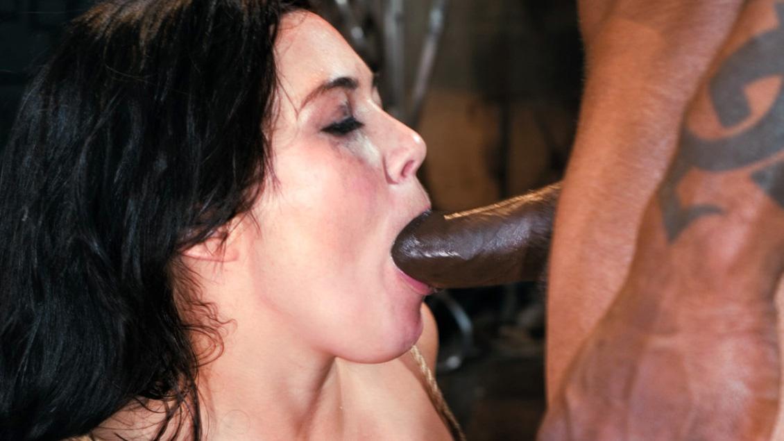 Ashley Blue est attaché et sodomisé dans cette scène interraciale
