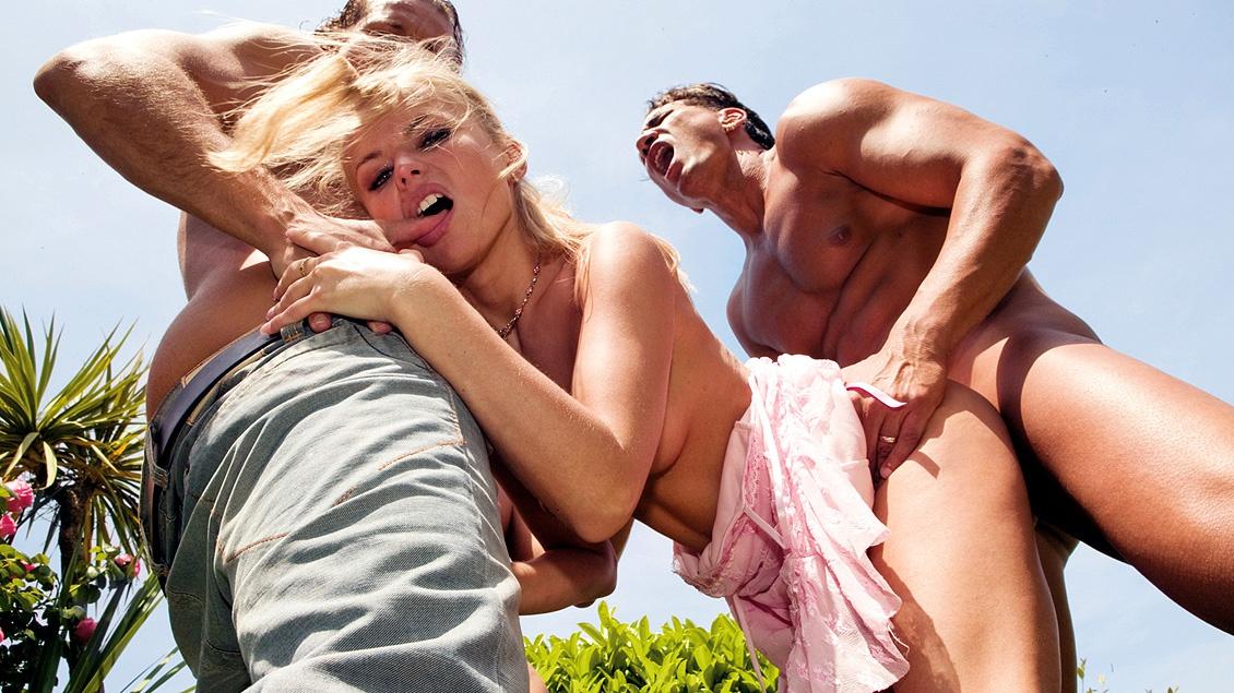 Dora Venter geeft haar vrienden blowjobs in ruil voor een DP in de tuin