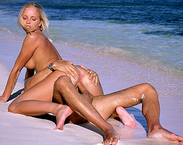 Private  porn video: Un Ami D'Elza Brown S'Occupe Bien D'Elle Sur La Plage