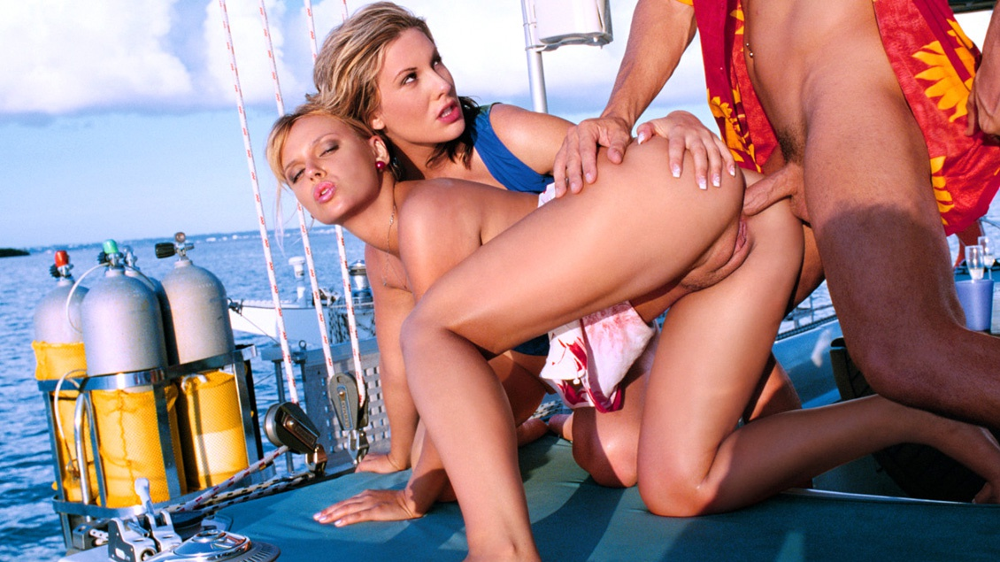 Ellen Saint en Jessica May in hun triootje op een boot
