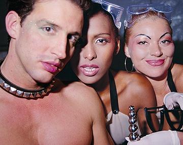 Private  porn video: Die perversen Fetischlesben Bettina und Monique Covet lecken Votze und Arsch bis zum Höhepunkt