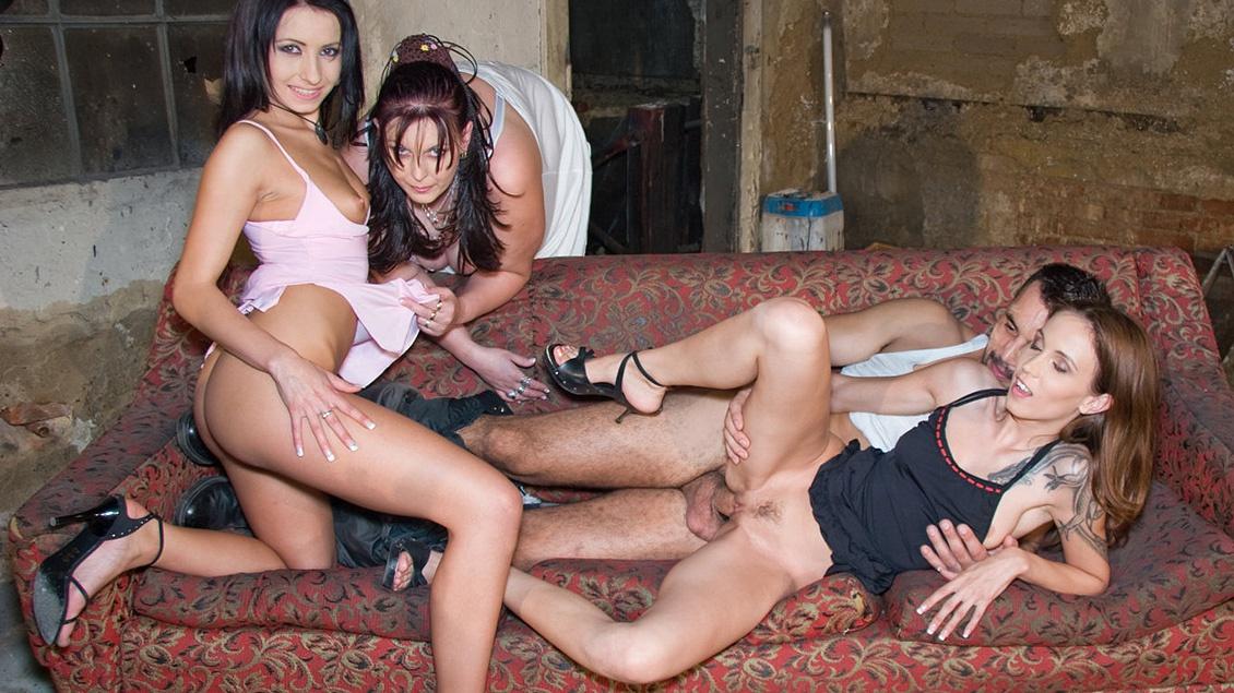 Victoria lässt sich in den Arsch ficken, bis Ihre Freundinnen ebenfalls die Löcher gestopft kriegen