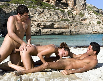 Private  porn video: Claudia Rossi wordt op het strand in MMF trio anaal opengereten en geniet van facial cumshot