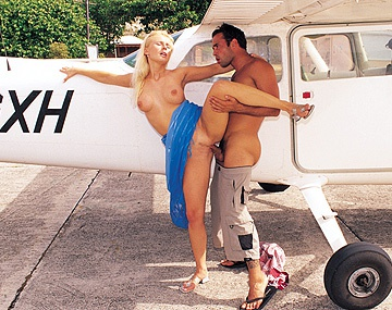 Private  porn video: Sandra Russo, chupándola en el avión aterrizó y por el culo le metieron un pollón