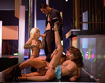 Private  porn video: Las bailarinas de striptease se comen un par de barras