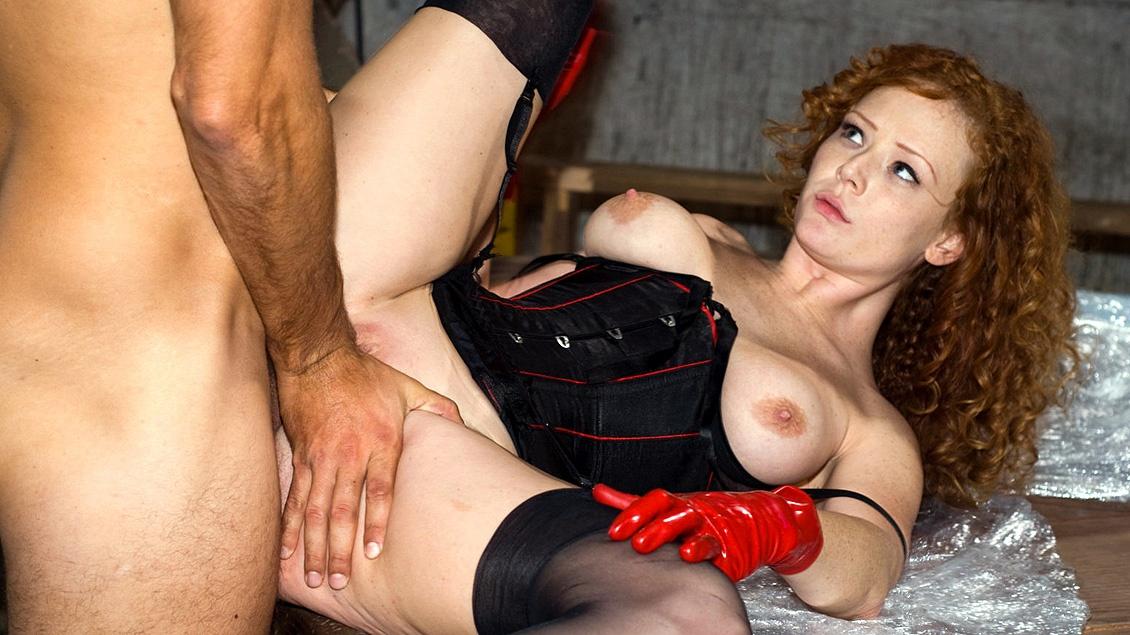 Audrey Hollander stopt haar man in een kooi en wikkelt hem in cellofaan voordat ze geile sex heeft
