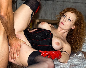 Private  porn video: Audrey Hollander fourre sa culotte dans la bouche d'un homme enroulé dans du cellophane