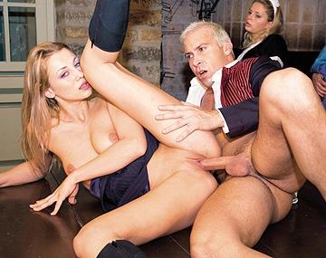Private  porn video: Grace et Claudia travaillent dur et baisent sauvagement avec quelques mecs.