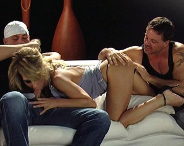 Private HD porn video: Die geile Kristy liest drei Kerle auf und bringt sie nachhause für Sexspielchen