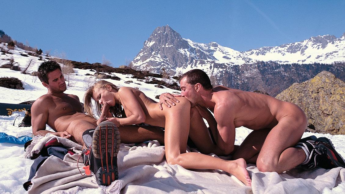 Dora Venter wordt verwend door twee snowboarders in een MMF trio met DP