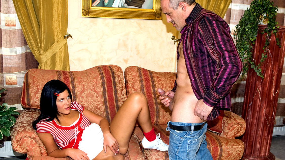 La jovencita Madison le enseña a este madurito su capacidad bucal