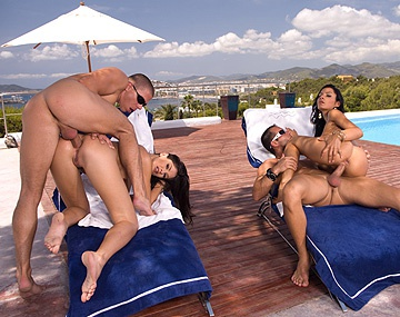 Private  porn video: Lucy Belle et Lucy Lee 2 brunes bi pompent des queues en plein air