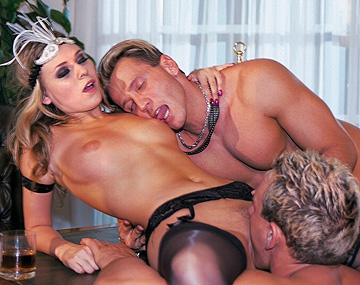 Private  porn video: Victoria Swinger wordt hard in haar kut en kont geneukt door 2 mannen in MMF trio met DP