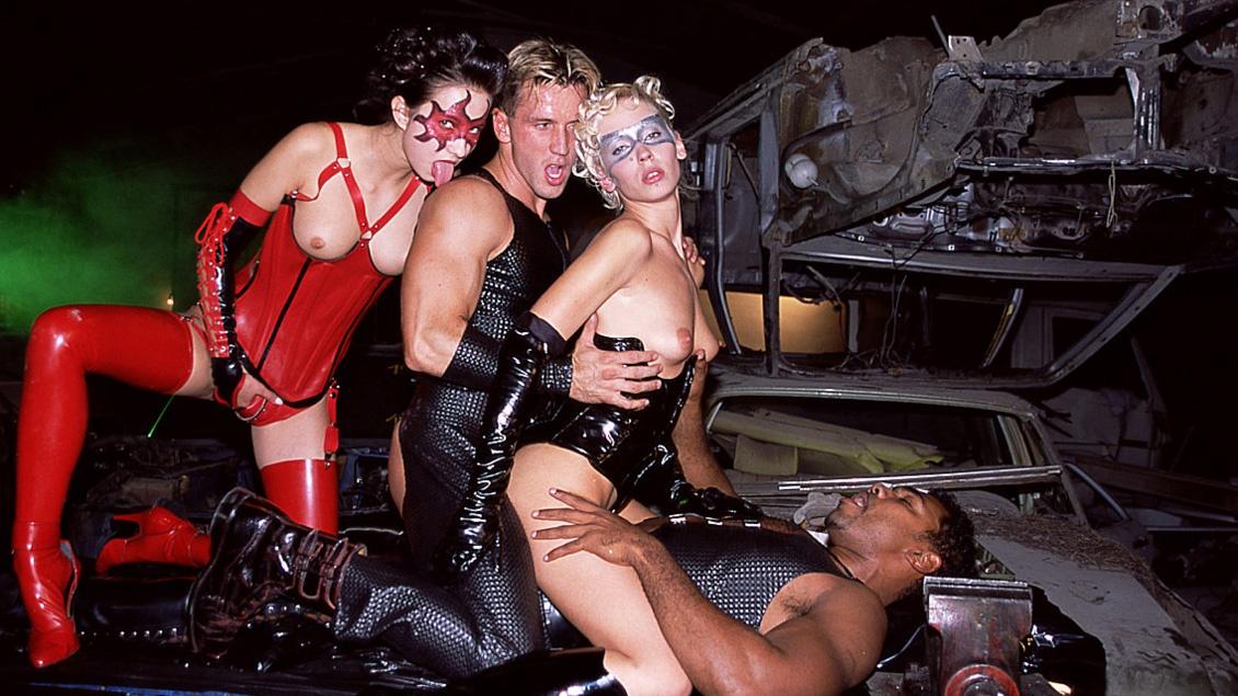 Un negro, Patricia y Melinda, de látex y con la cara pintada hacen una orgía con DP y enculada