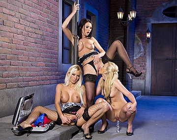 Private HD porn video: Het lesbische trio Adele, Antonia en Blond Cat gaan voor standje 69 voor hun orgasme