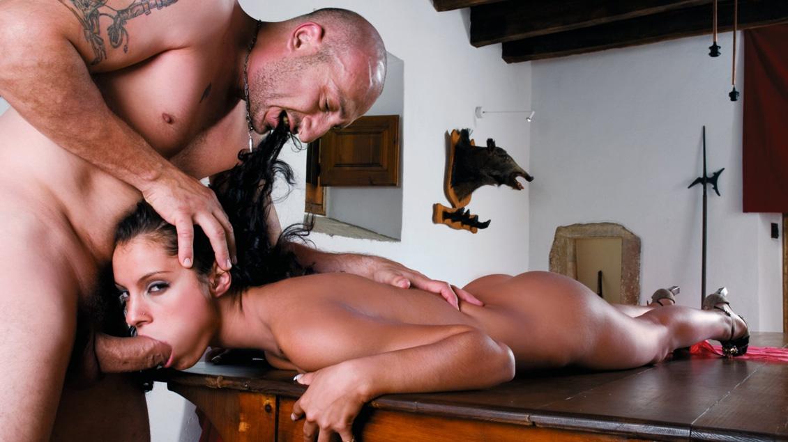 Lucy Belle wordt hard genomen door een dikke pik en geeft blowjob