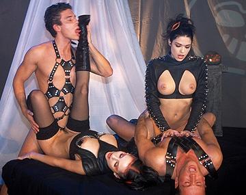 Private  porn video: Michelle Wild en Niki Belucci likken het sperma uit elkaars mond na een MMFF kwartet