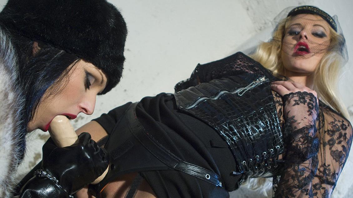 Liliane Tiger en Natalli Di Angelo's lesbische anale sex met voorbind dildo's