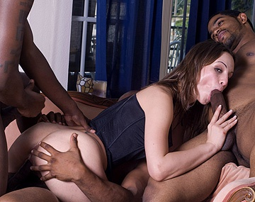 Private  porn video: Amber Rayne zit middenin een interraciale gangbang en krijgt een DP