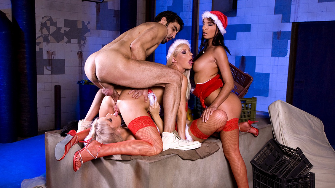 Helena Sweet, Lucy Belle en Stella Delcroi geven een hulpje van de kerstman een geile blowjob