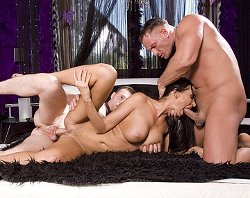 Private  porn video: MFF trio met MILF Mandy Bright die handjobs en blowjobs geeft voor een creampie en een facial